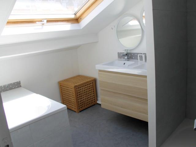 am nager ses combles une chambre tr s mansard e devient une salle de bains. Black Bedroom Furniture Sets. Home Design Ideas