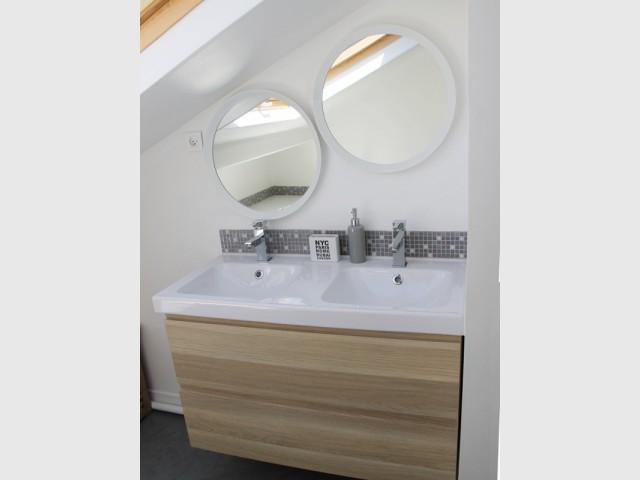 Un meuble sous vasque coloris bois pour rappeler la fenêtre - Salle de bains sous les toits