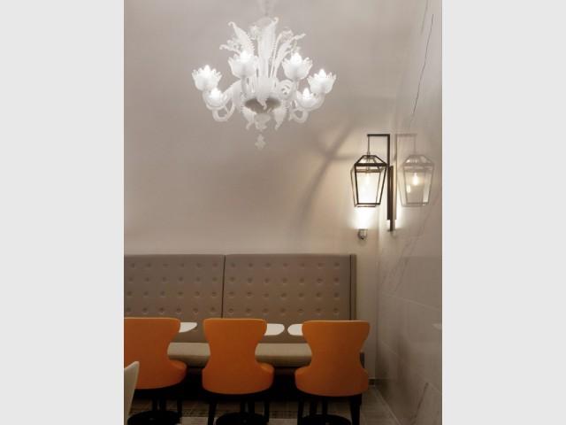 Un lustre de style aux côtés d'une applique industrielle - Hôtel La Lanterne - Paris