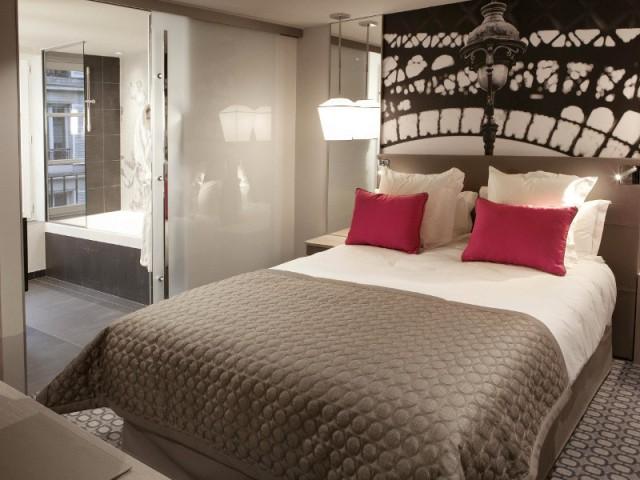 Une porte en verre opaque pour séparer la chambre et la salle de bains - Hôtel La Lanterne - Paris