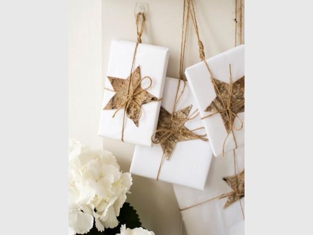 Des cadeaux décoratifs suspendus aux murs - Déco de Noël DIY