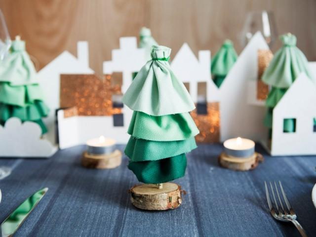 Des sapins de Noël verts en tissu teinté - Déco de Noël DIY