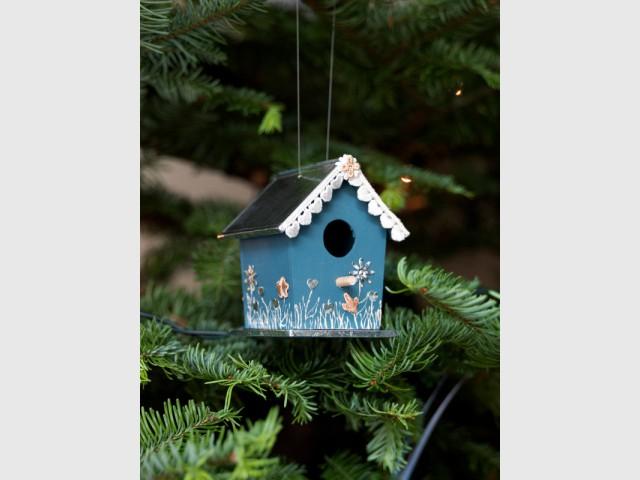Une suspension pour sapin en forme de nichoir à oiseaux - Déco de Noël DIY