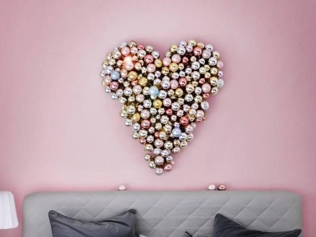 Un coeur composé de boules de Noël - Déco de Noël DIY