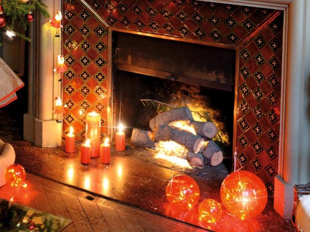 Une cheminée illuminée dedans comme dehors - Une maison illuminée pour Noël