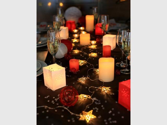 Un chemin de table agrémenté d'une guirlande de Noël - Une maison illuminée pour Noël