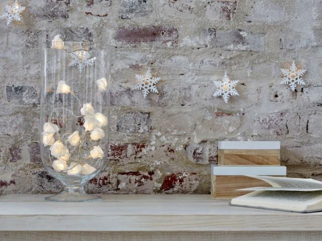 Une guirlande de Noël dans un bocal en verre - Une maison illuminée pour Noël