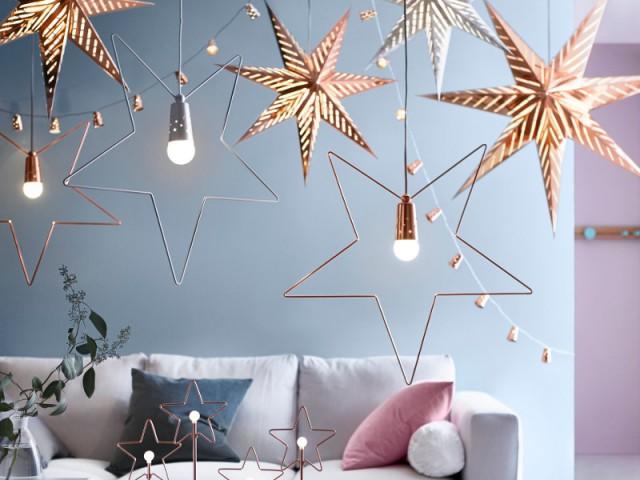 Des suspensions métallisées au plafond - Une maison illuminée pour Noël