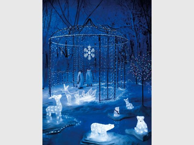 Des guirlandes de Noël bleues dans le jardin - Une maison illuminée pour Noël