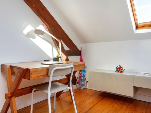 Bureau ancien en bois et table de chevet laqué - Aménagement de deux chambres d'enfant