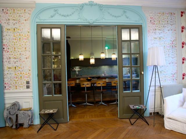 Cuisine et salon en lien permanent - Un Haussmannien dynamisé par un joyeux mélange