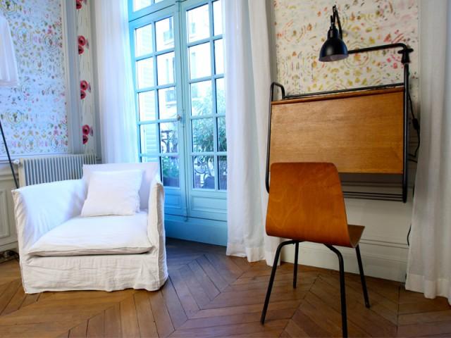 Chambre parentale déplacée pour créer un bureau - Un Haussmannien dynamisé par un joyeux mélange