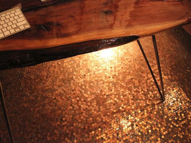 Une déco neutre pour se marier au cuivre des pennies - Un revêtement de sol composé de 60.000 pièces de monnaie