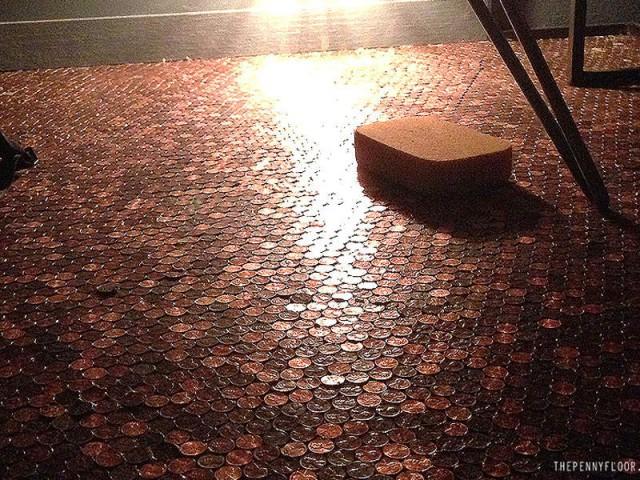 Du joint et de la résine époxy pour couvrir les pièces - Un revêtement de sol composé de 60.000 pièces de monnaie