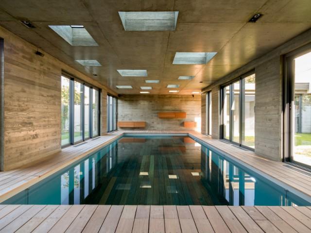 une extension moderniste mi piscine mi salle de r ception. Black Bedroom Furniture Sets. Home Design Ideas