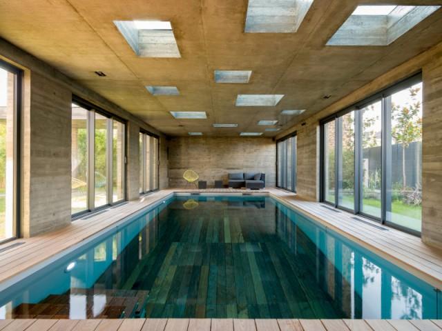 Des marches en bois qui se déploient en toute discrétion - SKP Architecture - Aqua System - L'esprit piscine