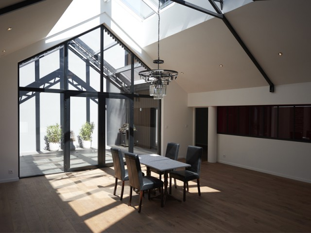 1 hangar commercial r habilit pour cr er 2 lofts. Black Bedroom Furniture Sets. Home Design Ideas