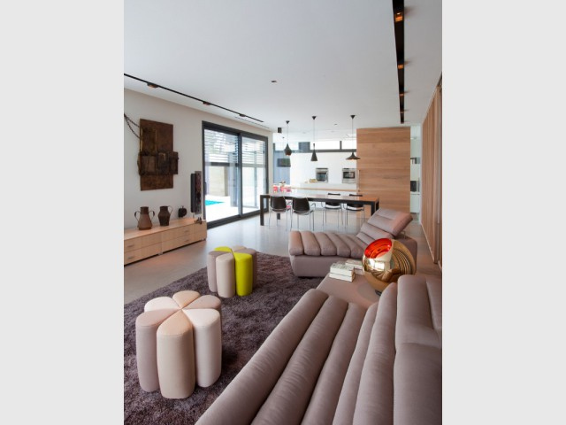 Une grande table sépare le salon de la cuisine - Cuisine en DuPont™ Corian®