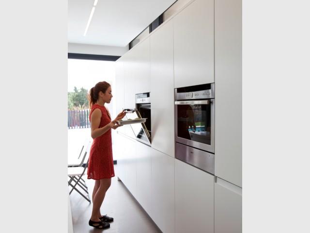 Des placards épurés et de l'électroménager encastré - Cuisine en DuPont™ Corian®