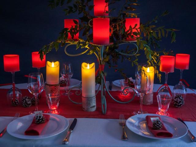Des photophores fabriqués à partir de verres à pied - Tables de Noël