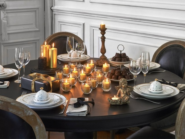 Un centre de table dynamisé par une multitude de bougies  - Tables de Noël