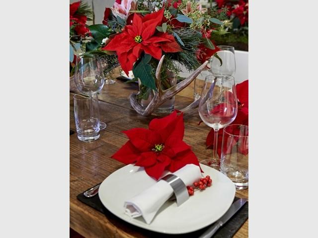 Des fleurs entre les assiettes - Tables de Noël