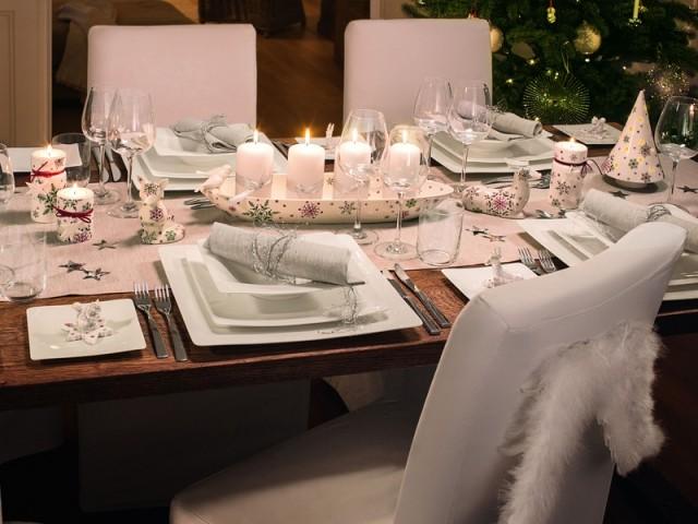 Un centre table éclairé par une composition de bougies - Tables de Noël