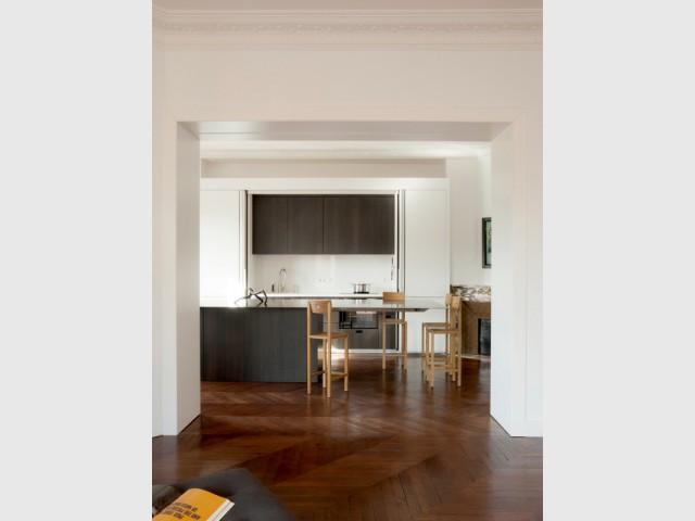 Dans un haussmannien, une cuisine aussi grande que le séjour - Cuisine Charles Bigant