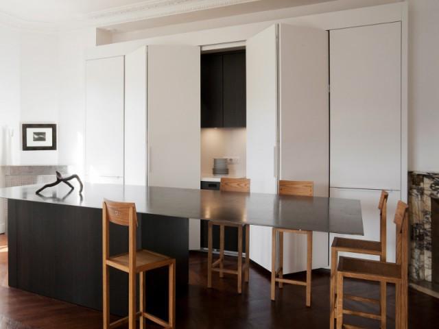 Des portes laquées blanches pour dissimuler l'espace de cuisine - Cuisine Charles Bigant