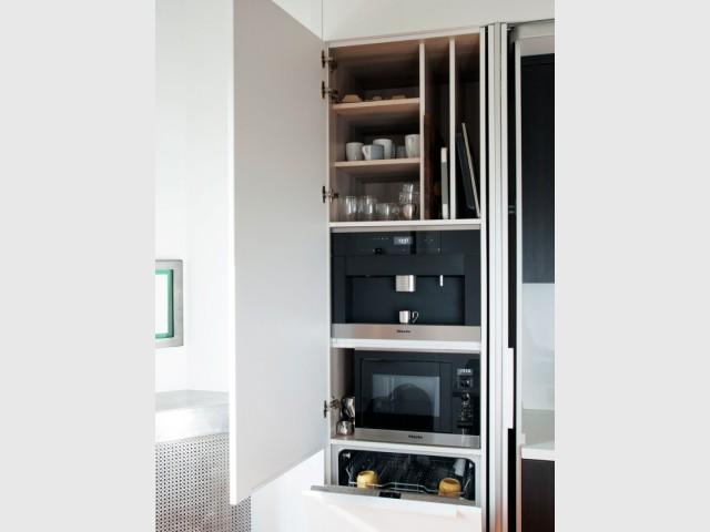 Une niche pour accueillir les portes pliantes escamotables - Cuisine Charles Bigant