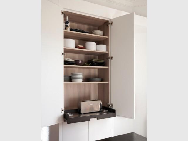 Une seconde armoire blanche pour compléter l'aménagement - Cuisine Charles Bigant