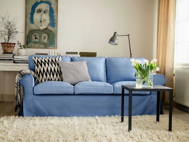 Une housse de canapé bleu Serenity - Tendance Rose Quartz et Serenity