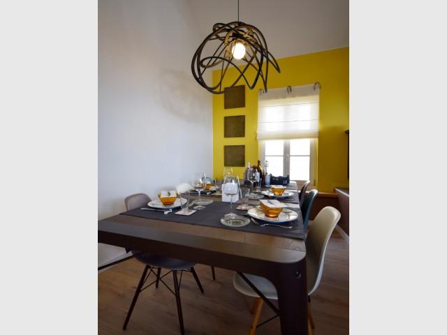 Une salle à manger graphique et vintage - Maison vigneronne rénovée