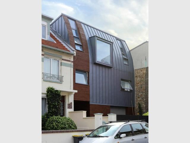 Après : une surélévation en zinc et bois pour gagner en surface - Rénovation d'une maison de ville