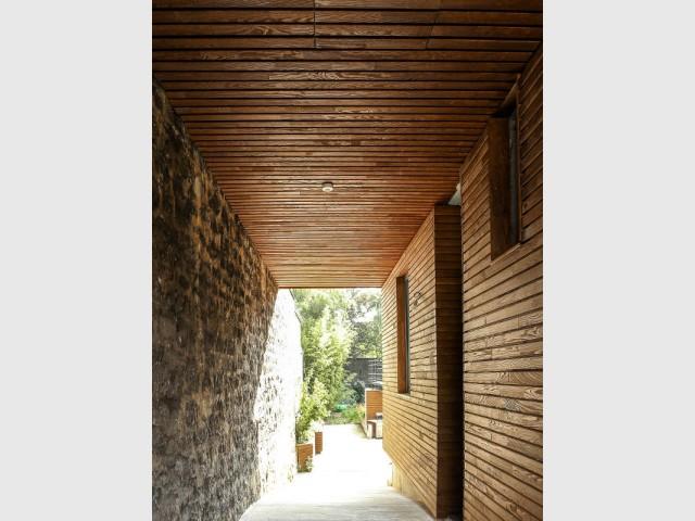 Un passage enveloppé de matériaux bruts - Rénovation d'une maison de ville