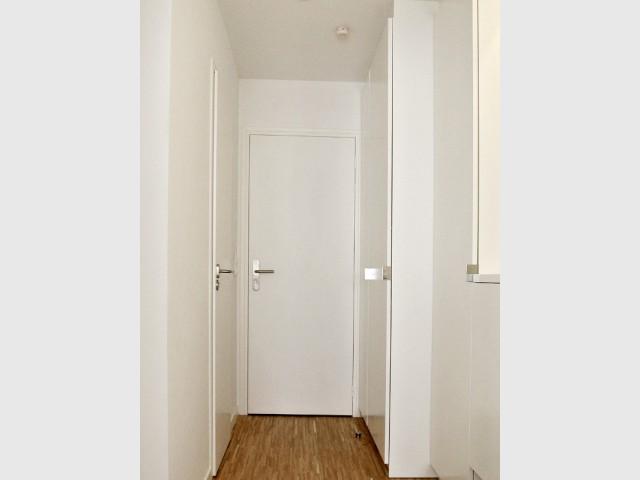 Une entrée discrète qui recèle de nombreux rangements - Appartement parisien de 40 m2