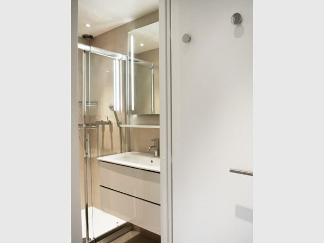 Une mini salle d'eau avec tout le confort... - Appartement parisien de 40 m2