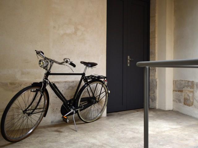 Un palier qui distribue les espaces - Rénovation d'une cave parisienne