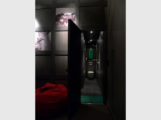 Une salle de bains dans un couloir - Rénovation d'une cave parisienne