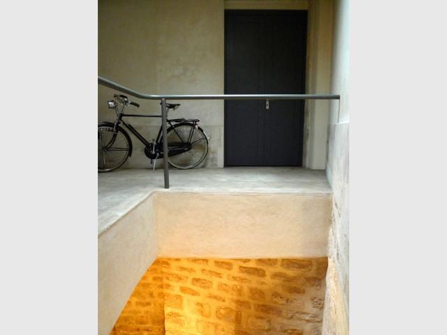 Un espace de travail aménagé dans un décor pittoresque - Rénovation d'une cave parisienne