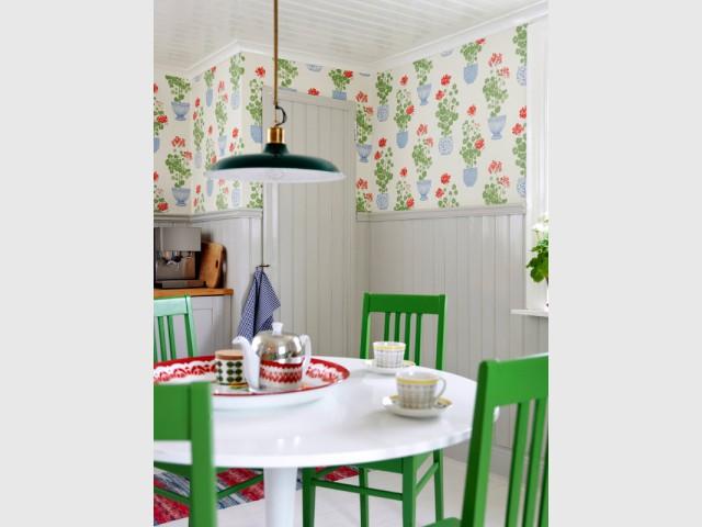 Du papier peint à fleurs pour une cuisine rétro - Du papier peint dans la cuisine