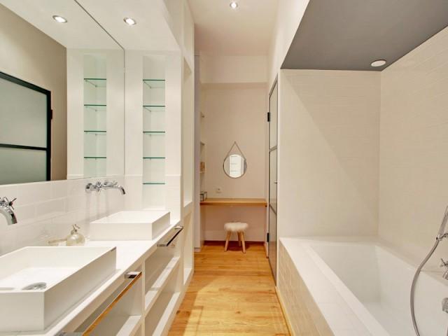 Une salle de bains cachée derrière une cloison - Une ancienne imprimerie transformée en loft industriel
