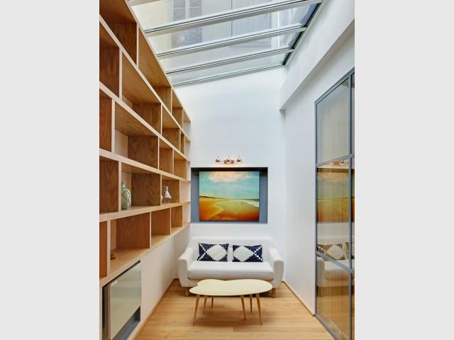 Un coin bibliothèque avec vue sur le ciel - Une ancienne imprimerie transformée en loft industriel
