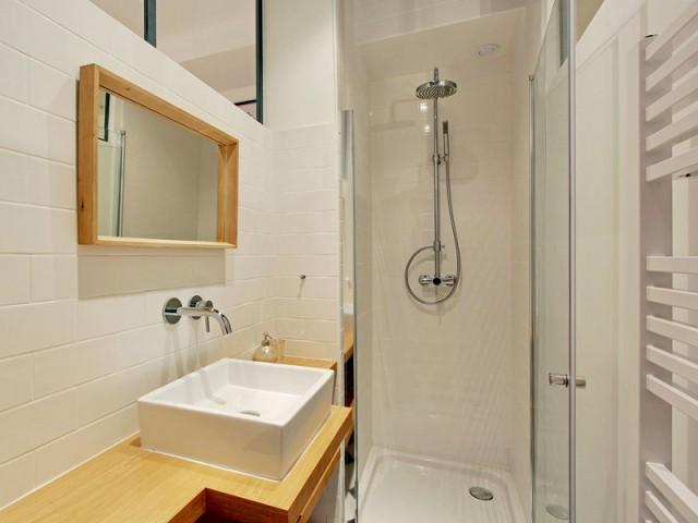 Une petite salle de douche entre les deux chambres - Une ancienne imprimerie transformée en loft industriel