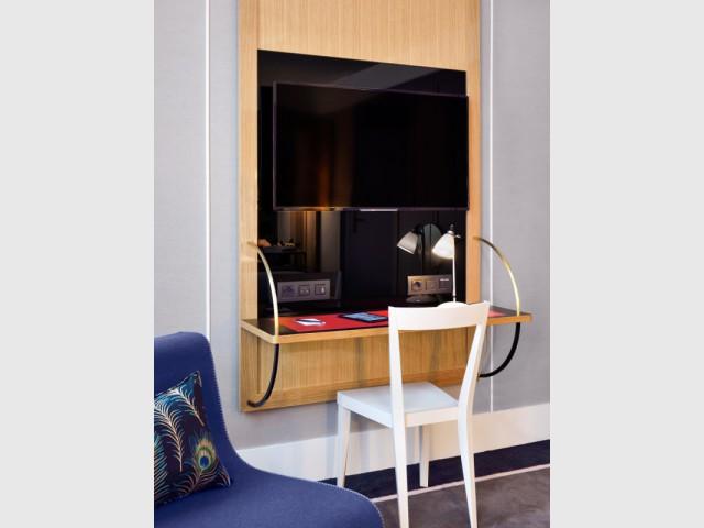 Un meuble noir pour rendre le téléviseur quasi invisible - Hôtel L'Echiquier Opéra Paris