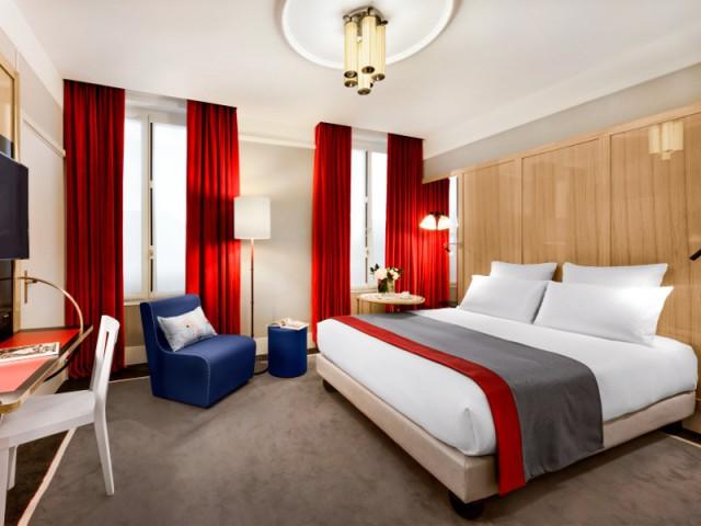 Un lustre vintage pour donner du cachet à la chambre - Hôtel L'Echiquier Opéra Paris