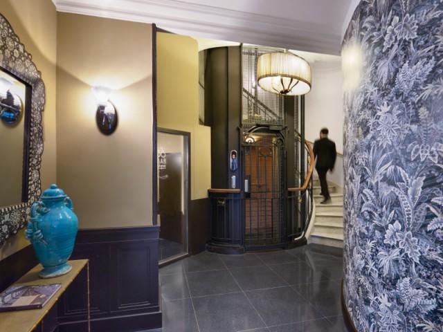 Du papier peint à motifs colorés pour égayer une entrée - Hôtel L'Echiquier Opéra Paris