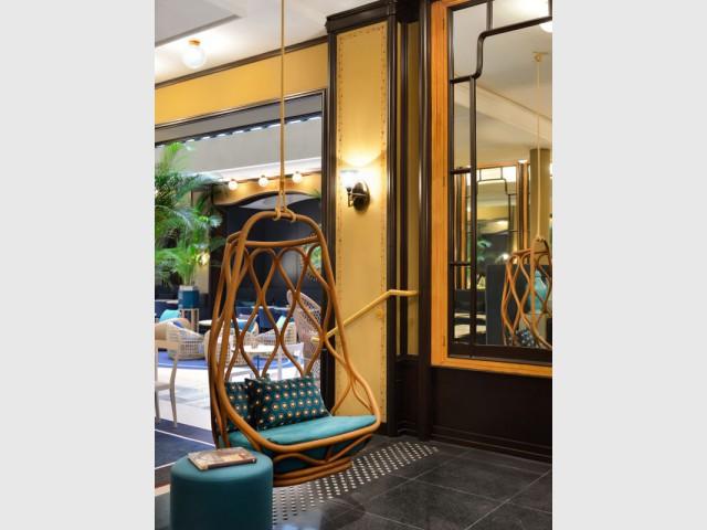 Un fauteuil suspendu pour créer un coin lecture - Hôtel L'Echiquier Opéra Paris