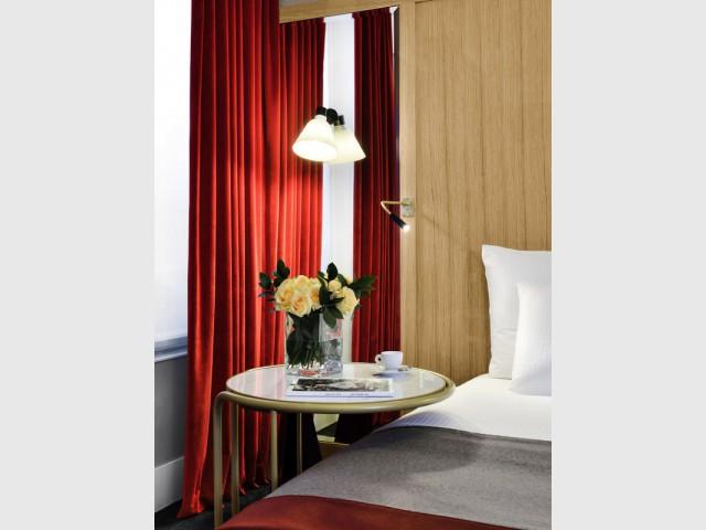 Une table d'appoint pour travailler au lit - Hôtel L'Echiquier Opéra Paris