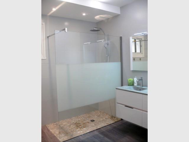 Après : une salle de bains ultra contemporaine - Rénovation d'une salle de bains de 8 m2